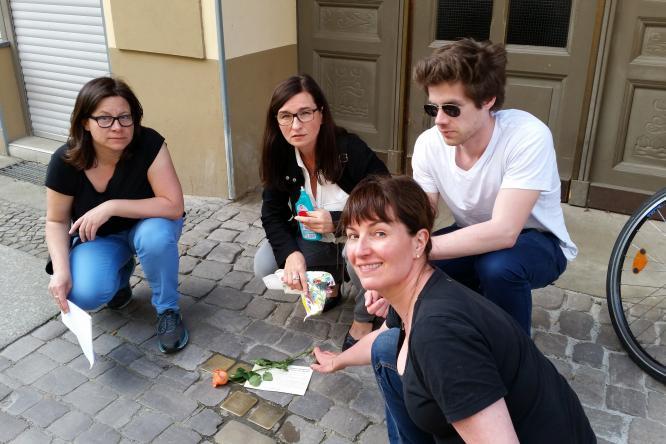 Erinnerung wach halten: Birgit Neumann, AGH-Kandidatin Astrid Hollmann, Christian Gammelin und Anja Katthöfer